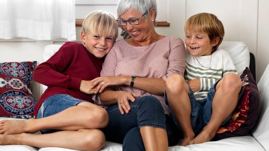Corona hat die Altersdiskriminierung verstärkt, berichtet die WHO: Personen über 50 werden von jedem zweiten Erwachsenen als minderwertig eingestuft und beispielsweise medizinisch benachteiligt. Vorurteile gibt es aber auch gegen junge Menschen: Sie gelten als leichtsinnig (Bild Pro Senectute)
