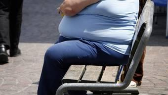 Die Zahl an übergewichtigen Menschen ist seit Anfang der 1990er-Jahre in der Schweiz stark gestiegen. (Symbolbild)