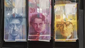 Wie viel Geld soll nächstes Jahr aus der und in die Bundeskasse fliessen? Mit dieser Frage beschäftigt sich ab Dienstag das Parlament. (Symbolbild)