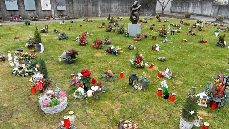 Ein solches Bild trifft man heute auf dem Friedhof kaum noch an: Denn Grabschmuck ist auf der Wiese verboten.