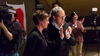 Applaus von Urs Hofmann für die zurücktretende Pascale Bruderer am SP-Parteitag in Spreitenbach