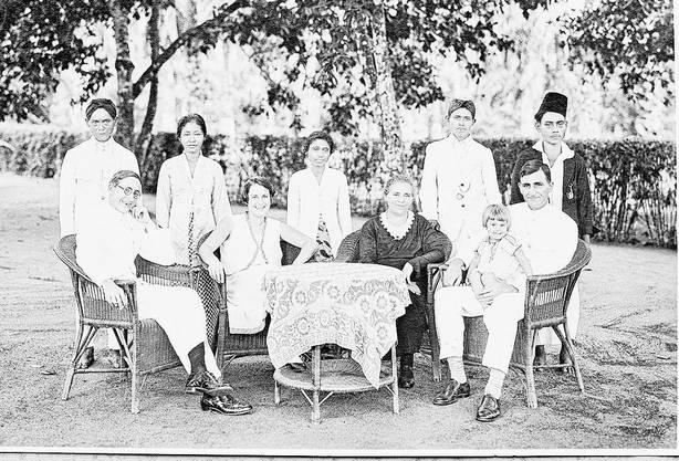Vreni auf dem Schoss ihres Vaters Max Brack, Mutter Elsa sitzt links am Tisch.
