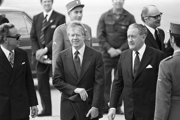 Der amerikanische Praesidenten Jimmy Carter, Mitte, und sein Aussenminister Cyrus Vance, Mitte rechts, werden am 9. Mai 1977 auf dem Flughafen von Genf-Cointrin empfangen. Carter wird in Genf mit dem syrischen Ministerpraesidenten Hafiz al-Assad zu Friedensverhandlungen im Nahostkonflikt zusammentreffen.