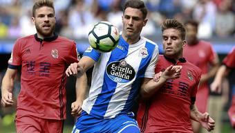 Fabian Schär musste sich mit La Coruña Real Sociedad mit Doppeltorschütze Asier Illarramendi (links) geschlagen geben