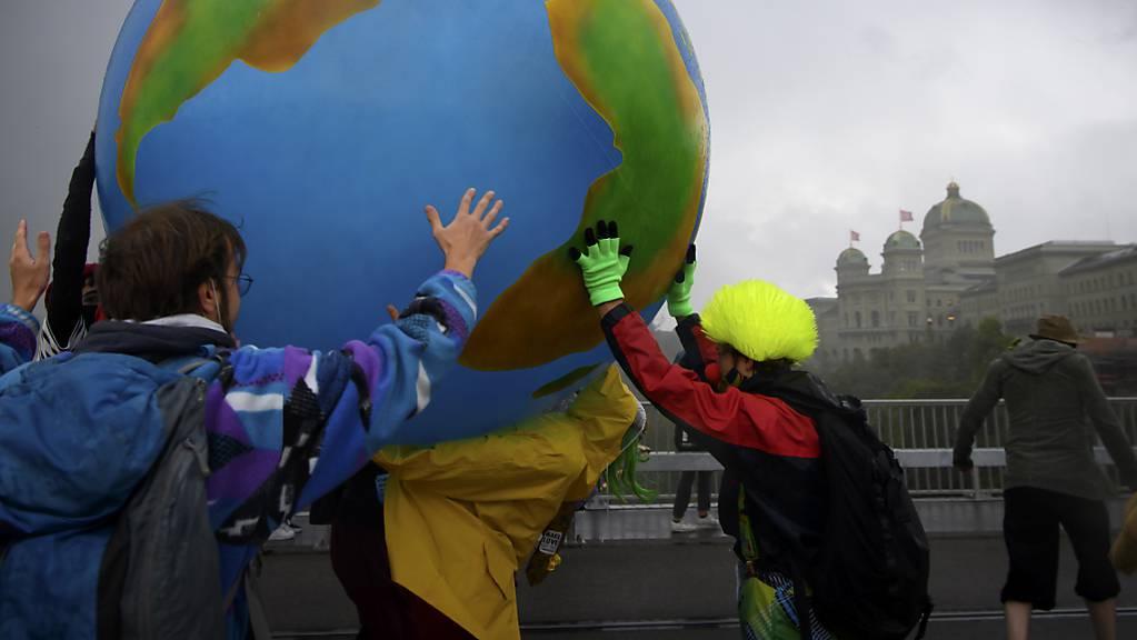 Klimaaktivisten protestieren mit einer aufblasbare Weltkugel während ihrer Aktionswoche Rise up for Change am 25. September 2020 in Bern.