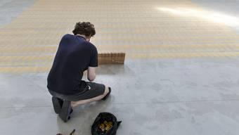 Künstler Jan Schmidt sägt und sägt... im Haus der Kunst