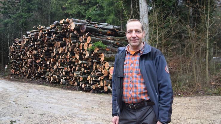 Seit 25 Jahren ist Patrik Mosimann Revierförster bei der Bürgergemeinde Grenchen. Hier steht er beim Hufeisenweg vor dem Energieholz-Lager für Schnitzelfeuerungen.