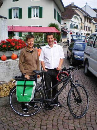 Esther Weitnauer, Ergotherapeutin SRK Kanton Solothurn mit Philipp Bläsi, Präsident der Activity-Kommission des Lions Club Olten.