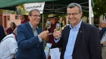 Stossen auf eine gute Zusammenarbeit an: Oberbürgermeister Klaus Eberhardt (l.) und Stadtammann Franco Mazzi.