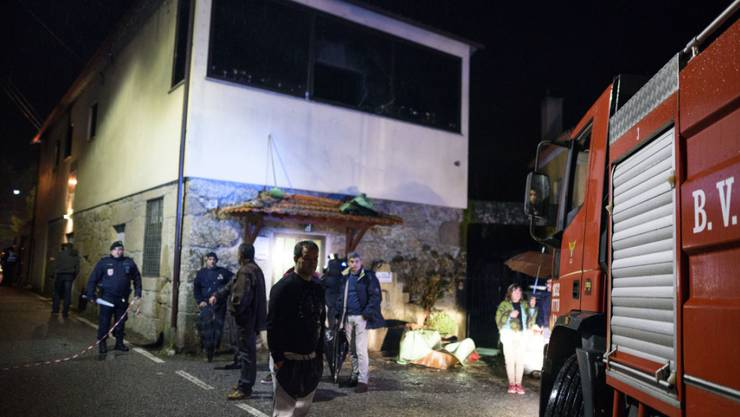 Die Feuerwehr im Einsatz beim Gebäude, in welchem der Brand ausbrach.