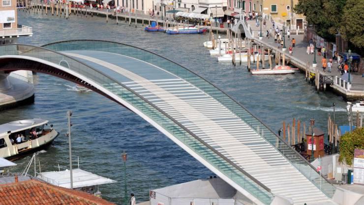 Die berühmt-berüchtigten Glasstufen der Calatrava-Brücke in Venedig werden nun durch Trachyt-Platten ersetzt. (Archiv)