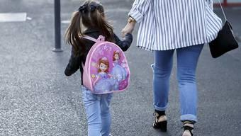 Viele Kinder seien für die obligatorische Einschulung zu jung. (Symbolbild)