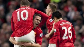 Robin van Persie schliesst Wayne Rooney in die Arme.