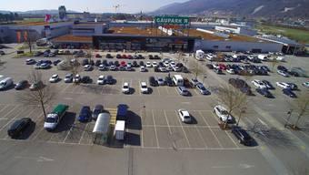 Ob Coop auf diesem Parkplatz bald den neuen Bau+Hobby-Fachmarkt und ein unterirdisches Parkhaus bauen kann, entscheidet das Verwaltungsgericht.