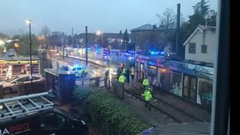 Die fatale Tram-Entgleisung in Croydon, London. Sanitäter sind vor Ort.