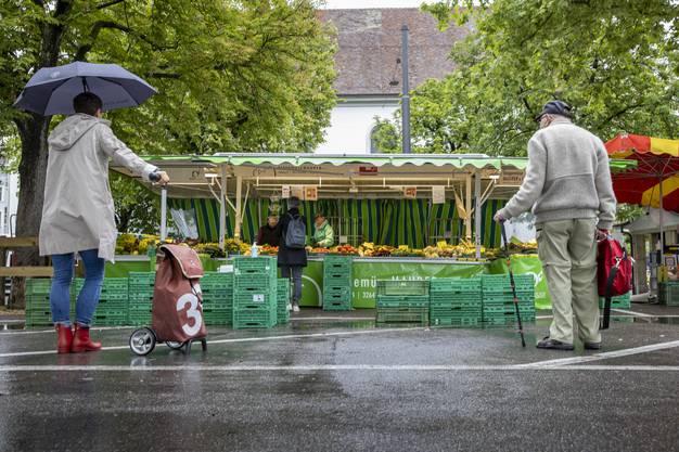 Impressionen des ersten offiziellen Wochenmarkts in Olten während Coronazeiten.