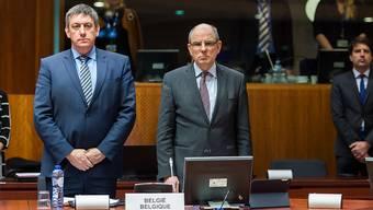 Die EU-Minister hielten an ihrer Sitzung auch eine Schweigeminute für die Opfer der Brüsseler Anschläge. Im Bild Belgiens Innenminister Jan Jambon (links) und der belgische Justizminister Koen Geens (rechts).