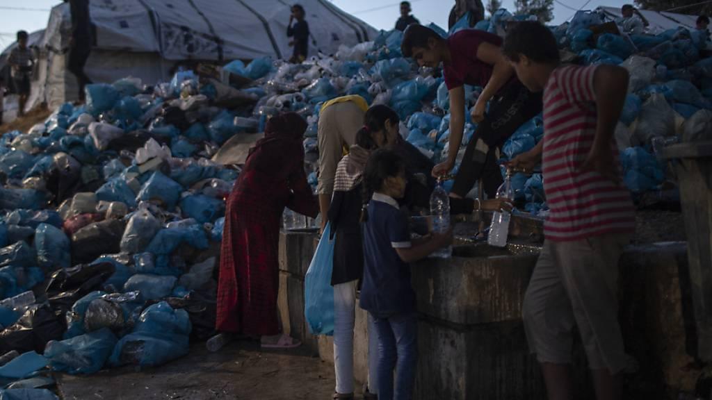Die Organisation Ärzte ohne Grenzen kritisiert die Lebensumstände in Flüchtlingslagern auf griechischen Inseln. (Archivbild)