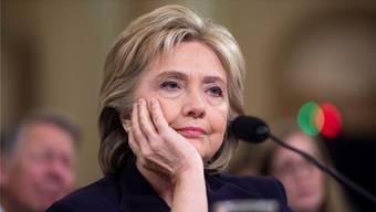 Hillary Clinton zeigte Nerven, drei Stunden nach Beginn der parlamentarischen Anhörung, weil sie sich zu unrecht durch die republikanische Mehrheit im Repräsentantenhaus verfolgt fühlt.