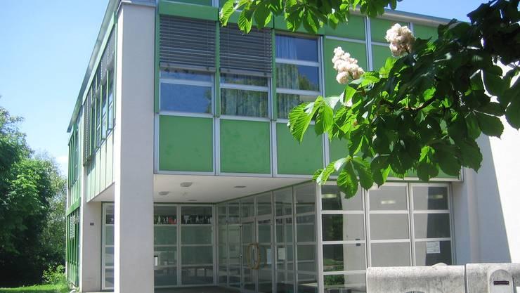 Das Erdgeschoss des grünen Schulhauses würde sowohl von der Primarschule Othmarsingen als auch von der Stiftung Schürmatt benützt. Hanny Dorer