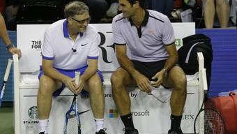 """Roger Federer im Gespräch mit Bill Gates, der diesen Frühling nach 2017 erneut am """"Match for Africa"""" teilnimmt"""