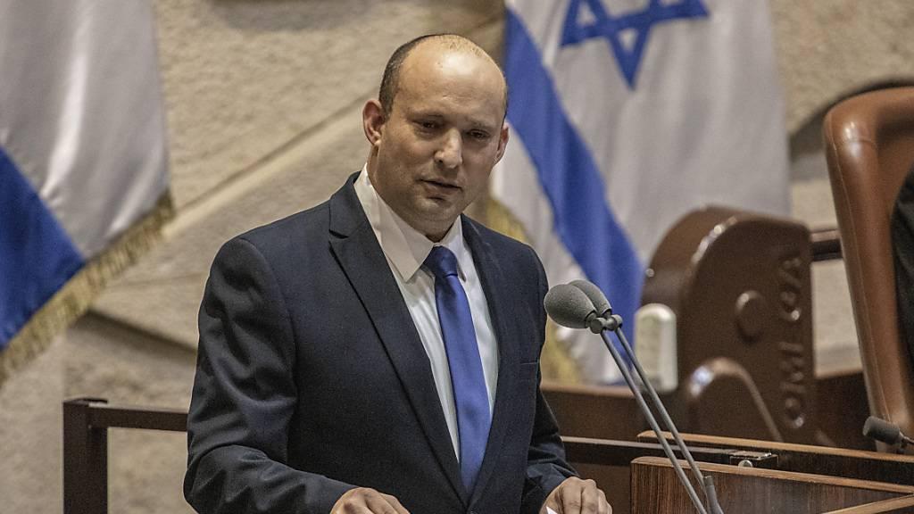 Naftali Bennett, Vorsitzender der israelischen ultrarechten Partei Yamina und designierter Premierminister, spricht während einer Sitzung im israelischen Parlament, um über die nächste Regierung des Landes abzustimmen. Foto: Ilia Yefimovich/dpa