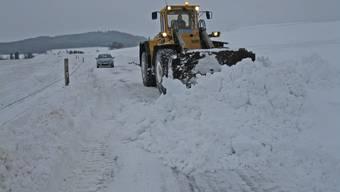 Burg-Menziken: Schneeräumung mit schwerem Gerät. Bild: Roger Büttiker