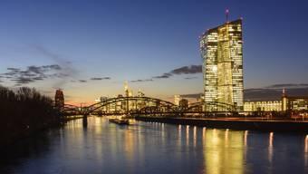 Im Eurotower, dem Sitz der Europäischen Zentralbank, wird die Geldpolitik der Eurozone gemacht. Im Hintergrund die Skyline von Frankfurt.