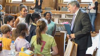 Vor einem Jahr stellten Kinder im Basler Grossratssaal ihre Wünsche für eine kinderfreundliche Stadt Basel vor. Regierungsrat Chirstoph Eymann war einer der aufmerksamen Zuhörer.