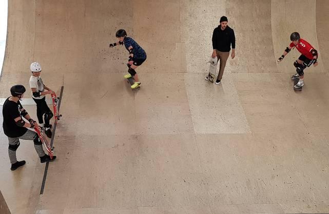 Erste Versuche mit dem Skateboard