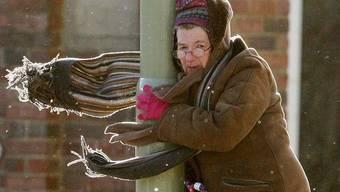 Eine Frau im Sturm in South Shields/England