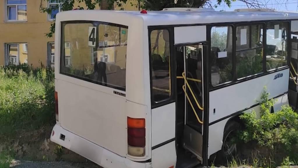 Das Standbild aus einem Video zeigt den Bus, der zuvor aufgrund defekter Bremsen in eine Haltestelle mit wartenden Menschen gefahren war. Sechs von ihnen starben. Fünf weitere Menschen wurden bei dem Unglück verletzt, wie die Ermittler mitteilten.