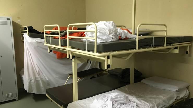In den winzigen Schlafräume sind mehr als 30 Personen untergebracht – Privatsphäre ist hier ein Fremdwort.