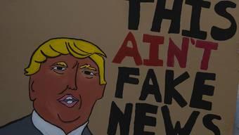 """US-Präsident Donald Trump spricht seit Jahren von Fake News und """"alternativen Fakten"""". Viele Deutschschweizer Mediennutzer betrachten  gezielte Falschinformationen auch hierzulande als ein Problem. (Symbolbild)"""