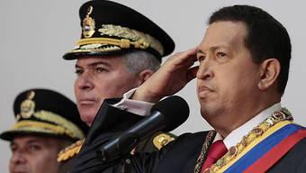 Chavez (r.) begleitet von Militärchefs in Caracas