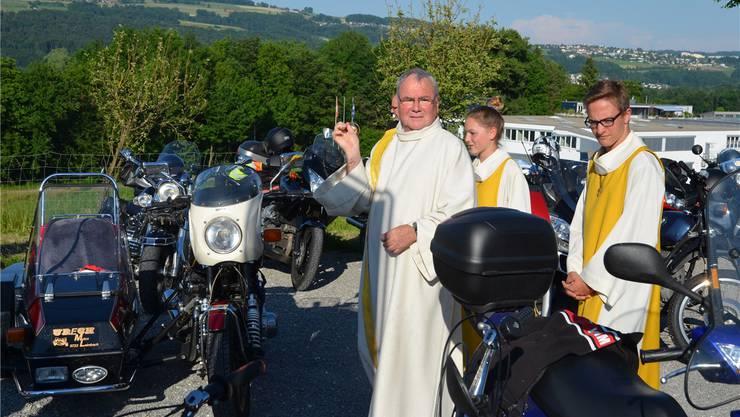 Pfarrer Markus Leutenegger segnet die blitzblanken Motorräder.