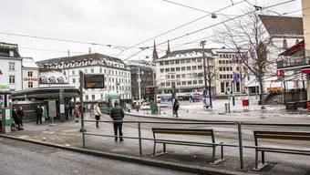 Wer verlassene Strassen, leere Trams und verriegelte Läden erwartete, wurde am Montag in Basel überrascht.