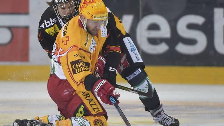 Langnaus Topskorer Chris DiDomenico (vorne) versucht, den Puck gegen den Berner Nico Hirschier abzuschirmen