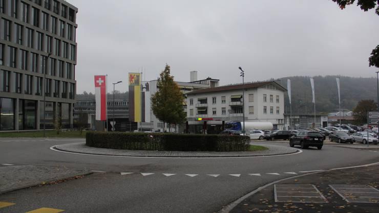 Die Migrol-Tankstelle beim Bachthale-Kreisel in Windisch könnte einer neuen Kantonsschule weichen.