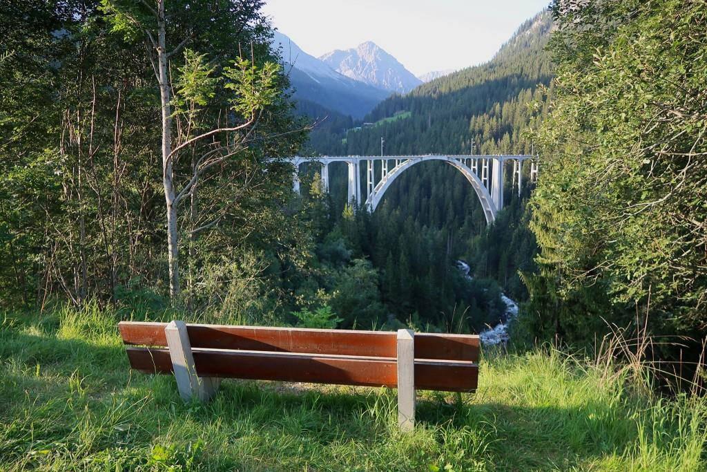 Bänkli mit Aussicht auf das Langwieser Viadukt