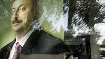Ein Wahlplakat des aserbeidschanischen Präsidenten Ilham Alijew in Baku (Archiv)