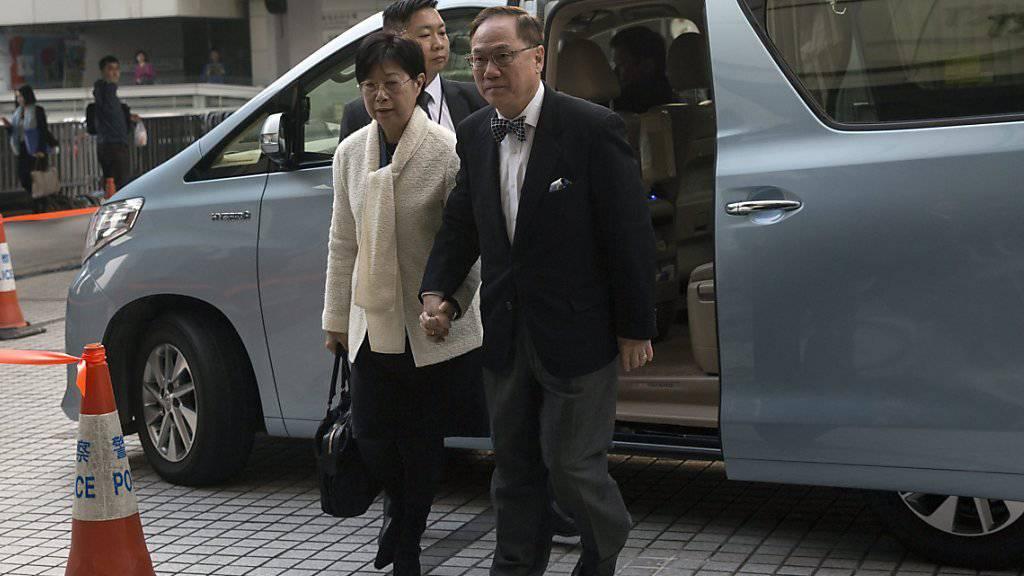 Tsang und seine Frau beim Betreten des Gerichts in Hongkong: Dem ehemaligen Regierungschef der chinesischen Sonderverwaltungszone werden mehrere Amtsvergehen vorgeworfen.