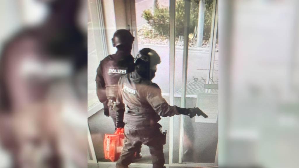 Dreister Raubüberfall in Sevelen (SG): Bank in Polizeimontur ausgeraubt