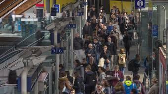 Die Durchsagen über Anschlusszüge in Bahnhöfen und auch in den Zügen selber sollen nicht reduziert werden. Dies entschied die SBB nach einem Pilotversuch. (Archivbild)