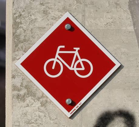 Das Veloland Aargau kommt auch 2010 einen Schritt voran, insgesamt sind 8 Millionen Franken für den Ausbau des Netzes vorgesehen. Neu in Angriff genommen werden 5 Projekte in den Gemeinden Auw, Leimbach, Moosleerau-Attelwil, beim Stampfiwuhr in Rothrist und an der Kantonsstrasse innerorts und ausserorts von Wildegg. Seit vielen Jahren ergänzt der Aargau sein Radroutennetz Stück um Stück. Bis im Jahr 2015 werden die angestrebten 950 Kilometer Radwege realisiert sein. Von den 790 Kilometer fertig gebauten Radrouten verläuft ein grosser Teil auf eigenen Wegen, 115 Kilometer sind Radstreifen, die es schon in 100 Ortschaften gibt. Die Radstreifen sind bei Velofahrern beliebt und sicher. (Lü.)