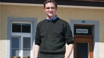 Andreas Fetscher vor der Photovoltaikanlage des Schulhüsli. ABU