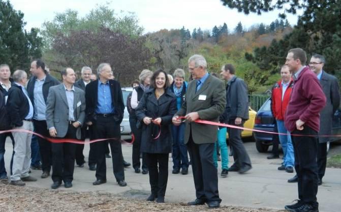 Christine Davatz und Hans Leuenberger zerschneiden das Band und eröffnen die Gewerbeausstellung offiziell