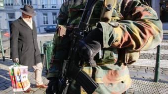Soldaten bewachen das jüdische Museum in Brüssel