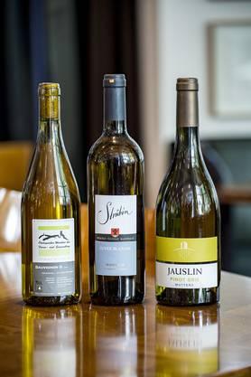 Sauvignon S (Domaine Chiquet), Pinot Gris Muttenz (Weingut Jauslin) und Cuvée Blanche Maisprach (A. + P. Strübin, v. l.).