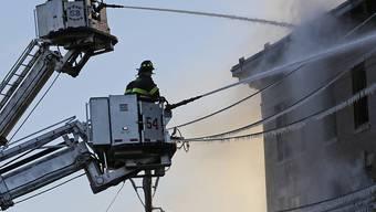 Feuerwehrleute im Einsatz gegen den Brand im New Yorker Statteil Bronx.